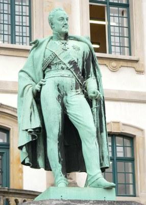 General-von-Alten-Denkmal am Waterlooplatz in Hannover, Farbphotographie einer Bronzeskulptur von Heinrich Kümmel (1810–1855), 2007, Photograph: AxelHH; Bildquelle: Wikimedia Commons, http://commons.wikimedia.org/wiki/File:Carl_von_Alten_Denkmal.jpg?uselang=de.