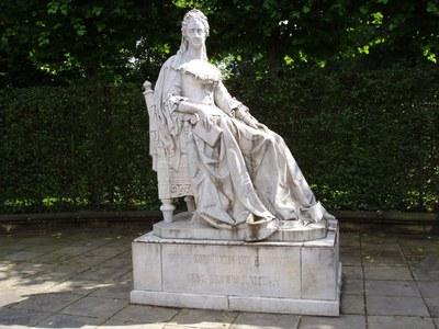 Statue der Kurfürstin Sophie von Hannover (1630–1714) in den Herrenhäuser Gärten, Farbphotographie, 2007, Photograph: Doktor boris kater; Bildquelle: Wikimedia Commons, http://commons.wikimedia.org/wiki/File:Sophie1696-1714.jpg?uselang=de.