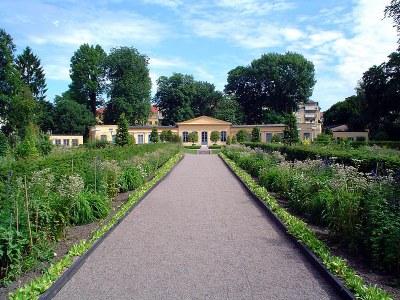 Linné-Garten in Uppsala, Farbphotographie, 2005, Photograph: Andreas Trepte; Bildquelle: Wikimedia Commons, http://commons.wikimedia.org/wiki/File:CarlvonLinne_Garden.jpg?uselang=de.