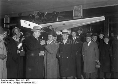Georg Pahl, Die Ankunft des berühmten Filmregisseurs Ernst Lubitsch auf dem Zentralflughafen in Berlin, Schwarz-weiß-Photographie, November 1932; Bildquelle: Deutsches Bundesarchiv Bild 102-14021, http://www.bild.bundesarchiv.de/archives/barchpic/view/7880331.