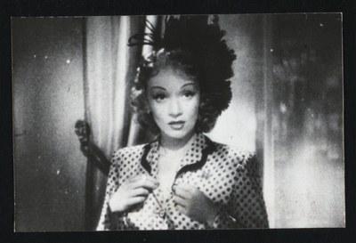 Marlene Dietrich (1901–1992), undatierte Schwarz-weiß-Photographie, unbekannter Photograph (Billy Rose Theatre Collection); Bildquelle: New York Public Library, http://digitalgallery.nypl.org/nypldigital/id?th-08656.