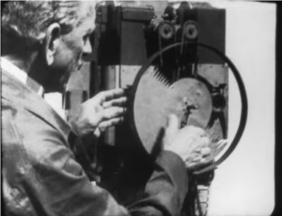 Max Skladanowsky projiziert kurze Filmszenen mit seinem Bioscop-Projektor
