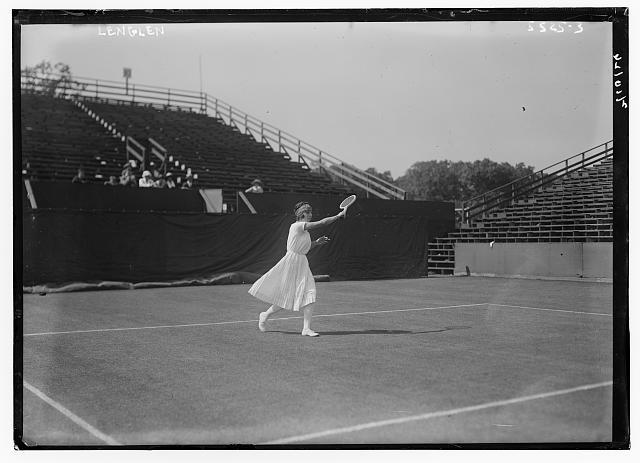 Suzanne Lenglen (1899–1938), Schwarz-Weiß-Photographie, ohne Datum [zwischen 1919 und 1926], unbekannter Photograph; Bildquelle: Library of Congress, Prints and Photographs Division Washington, http://www.loc.gov/pictures/item/ggb2006008299/.