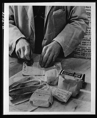 Food in England, Schwarz-Weiß-Fotografie, 1943, unbekannter Fotograf; Bildquelle: Library of Congress Prints & Photographs Division Washington, DC: http://www.loc.gov/pictures/item/oem2002008433/PP/.
