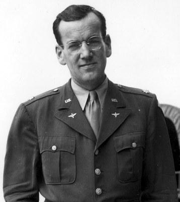 Glenn Miller (1904-1944), Schwarz-Weiß-Fotografie, unbekannter Fotograf; Bildquelle: U.S. Government via Wikimedia Commons: https://commons.wikimedia.org/wiki/Glenn_Miller. Public Domain.
