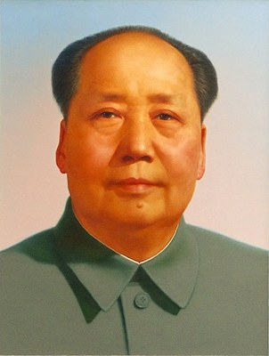 Portrait von Mao Zedong (1893-1976) am Tor des Himmlischen Friedens, unbekannter Künstler; Bildquelle: Wikimedia Commons: https://commons.wikimedia.org/wiki/File:Mao_Zedong_portrait.jpg. Creative Commons Attribution 2.0 Generic.